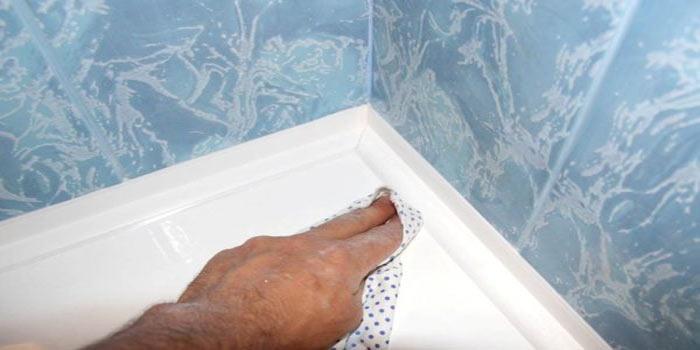 Очистка ванны от остатков силиконового герметика