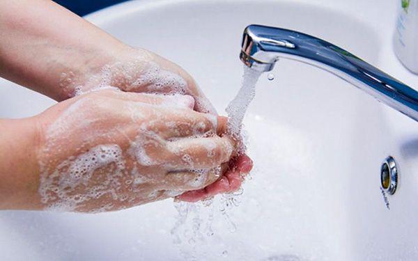 Еще мокрую монтажную пену смывают всегда простым мылом